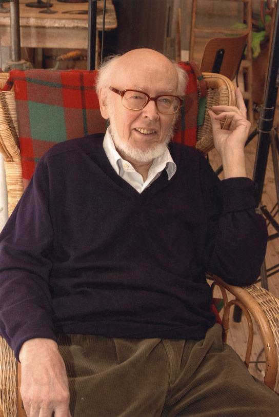 Bildhauer Gerhard Brandessitzt im Atelier